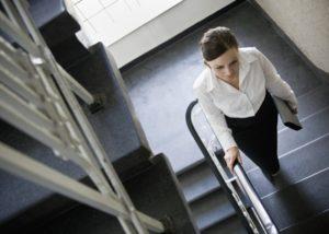 do schodů